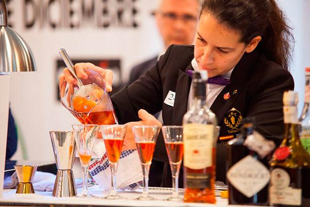 """""""El barman es el sacerdote que oficia, la ofrenda es el cóctel y los clientes, los feligreses"""", afirma De las Muelas"""