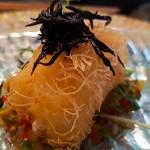 Bacalao en pasta kataifi con salsa shisho y alga hijiki | Foto: J.L. Conde
