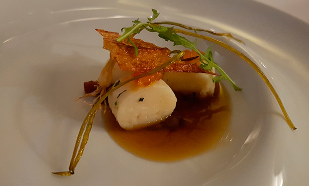Gnocchi de vieira, consomé de puerros al carbón y crujiente de queso majorero | Foto: J.L.C.