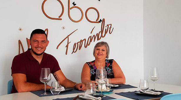 Annia González Pérez, con su hijo Abel Ferrándiz, chef del restaurante Compartir QBA | Foto: J.L. Conde