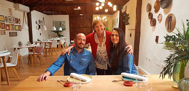 Teresa González, con Laura y Víctor en el restaurante de sus hijos | Foto. J. L. Conde