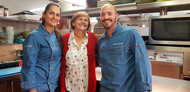 Teresa, con Laura y Víctor, en las cocinas del Haydée | Foto. J. L. Conde