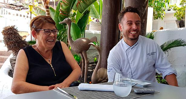 Ana María Batista Martín y su hijo, Jorge Peñate, chef del restaurante Las Rocas | Foto: J. L. Conde