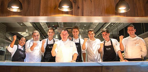 El equipo del Melvin junto a Berasategui y Erlantz Gorostiza, en las cocinas del restaurante localizado en Las Terrazas de Abama
