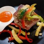 Filetes de atún sobre batata con verduras y mojo | Foto: J.L. Conde