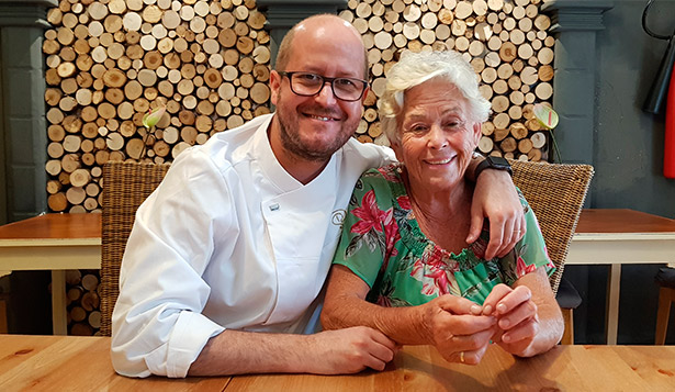 Blanca Nieves Yanes Guzmán, con su hijo Seve Díaz, en el comedor de su restaurante   Foto: J. L. Conde