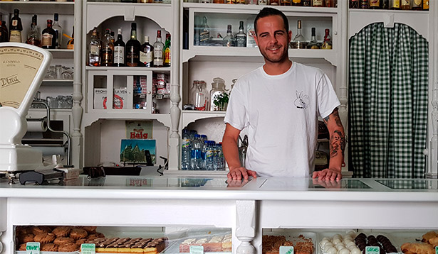Javier Aguiar, jefe de pastelería de Tickets, en Casa Egon, donde pequeño iba a comer dulces | Foto: J.L. Conde
