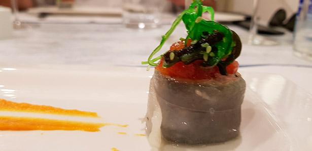 Tournedor de lomo de bonito con algas y chutney de tomates con albahaca | Foto: J.L. Conde