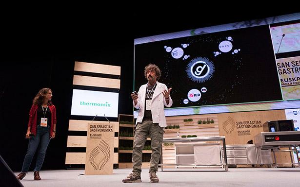 Diego Guerrero, durante su ponencia en Gastronomika | Foto: Coconut