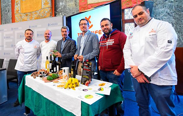 Los consejeros del Cabildo, junto a algunos de los cocineros que acudirán a Gastronomika