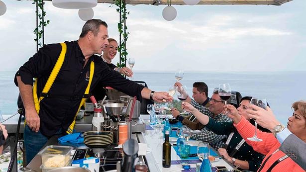 Pierre Rèsimont brinda con los invitados a 50 metros de altura