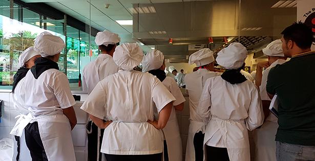 Alumnos de hostelería observan un concurso de cocina en el Sur de Tenerife | Foto: J. L. Conde