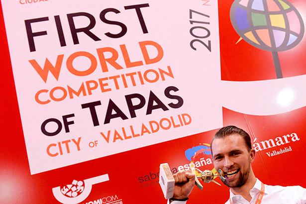 Oyvind Boe Dalev, chef del restaurante de Oslo Statholdergaarden, muerde el trofeo tras ganar, el año pasado, el campeonato mundial | Foto: Nacho Gallego | EFE