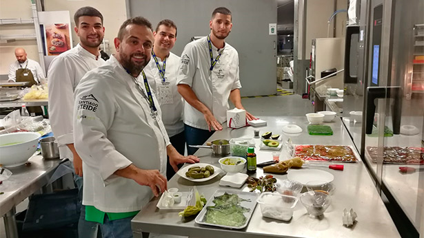 Juan Carlos y Jonathan Padrón, junto a Javier Pérez y Mario González, durante los preparativos de Gastronomika