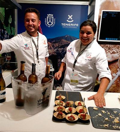 Diana Marcelino y Jorge Peñate, divertidos mientras dan a probar los productos de Tenerife