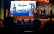 José Luis Conde, presidente del jurado, entrega el galardón a Albert Adrià | Foto: abocados.es