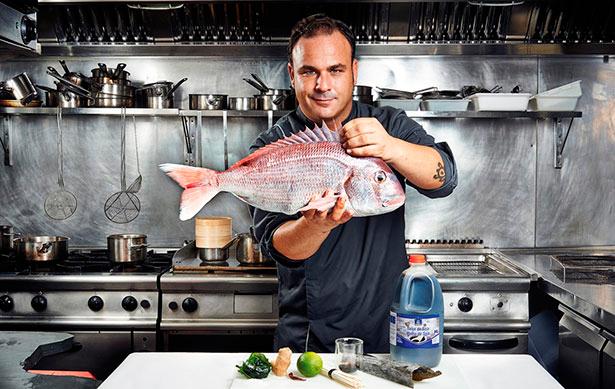 El chef Ángel León con un pargo