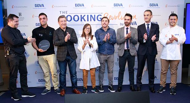 Foto de familia de los hermanos Roca con los ganadores y representantes del BBVA y HECANSA