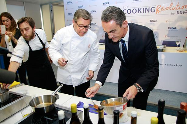 Joan Roca, ayudado por Francisco Jerez, presentó en la rueda de prensa uno de los platos de la cena
