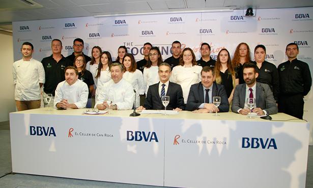 Foto de familia de los hermanos Roca, el director territorial para Canarias del BBVA, Francisco Jerez; el gerente de HECANSA, Alberto Ávila y los estudiantes de HECANSA