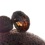 Piedra volcán con morcilla dulce y cebolla confitada, almendra y uva pasa