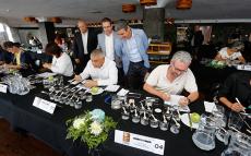 El jurado del concurso de sal marina, durante las catas