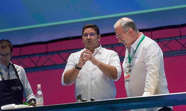 Dani García, con Pedro Subijana, en el escenario de San Sebastián Gastronomika | Foto: Coconut