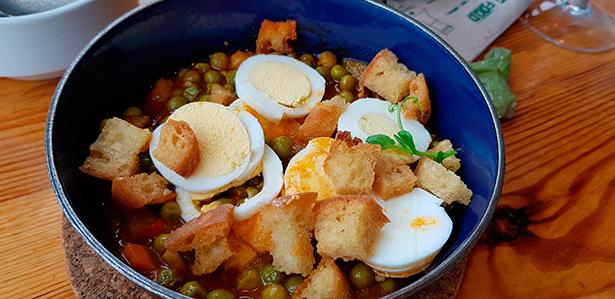 Arvejas, uno de los platos tradicionales de El Calderito de la Abuela | Foto: J. L. Conde
