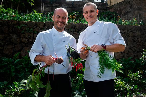 Los hermanos Fabián y Mario Torres, en la huerta del restaurante | Foto: Fran Pallero