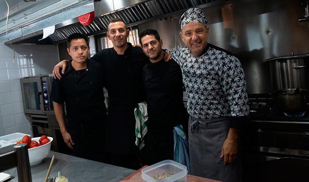 Tamames, junto a su equipo de cocina | Foto: Fran Pallero