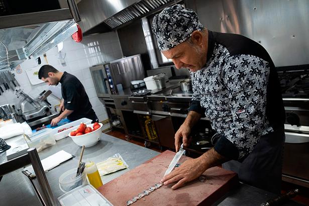 El chef, manos a la obra en la cocina de su restaurante | Foto: Fran Pallero