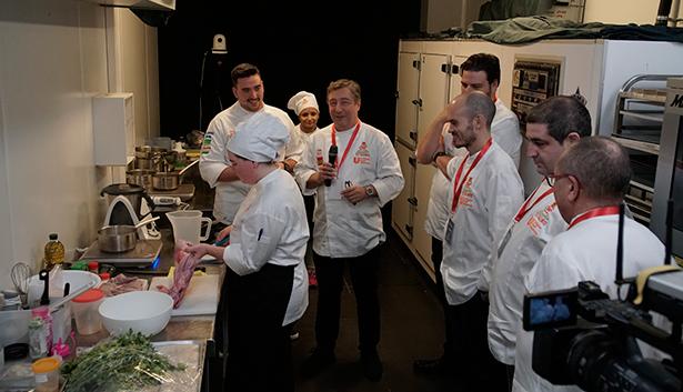 Miembros del jurado supervisan el trabajo de los concursantes