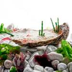 Ostra tibia ligeramente escabechada con granizado de sake de pepino, chalota encurtida y bruma marina