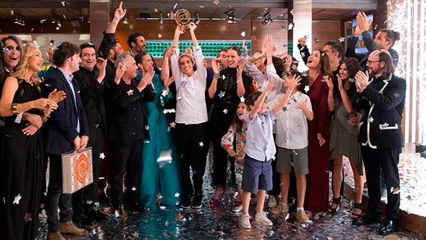 Ona Carbonell celebra su triunfo rodeado de los concursantes de Masterchef y sus familiares | Foto: rtve