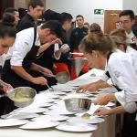 Los alumnos de HECANSA durante el emplatado del menú