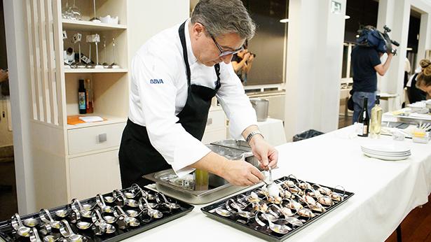 Joan Roca da el toque final a uno de los platos del menú
