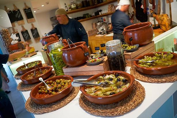 Espacio de encurtidos en el Gourmet Market