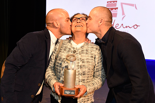 Fabián y Mario Torres besan a su madre, a la que le dedicaron el premio | Foto: Sergio Méndez