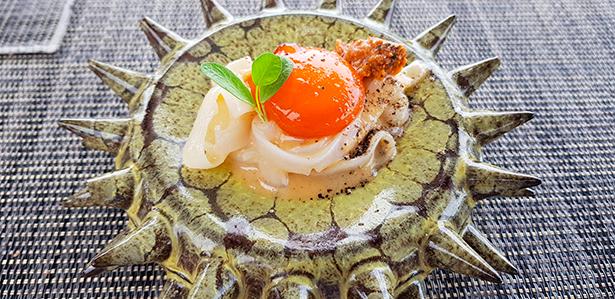 'Marbonara' de erizo y yema de huevo marinada. Restaurante Las Rocas | Foto: J. L. Conde