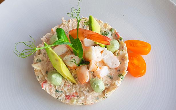 Ensaladilla 'de luxe' con langostinos. Restaurante Muelle Viejo | Foto: J. L. Conde