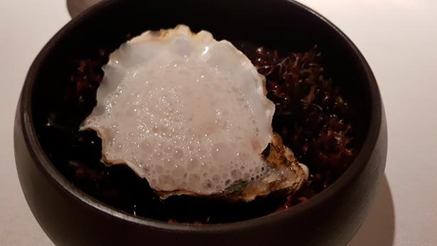 Ostra Guillardeau con grasa de foie a la parrilla. El Rincón de Juan Carlos | Foto: J. L. Conde