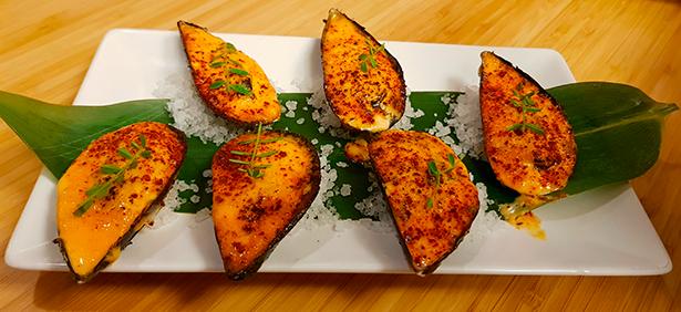 Mejillones gratinados con mahonesa de kimuchi. Restaurante El Gato Negro | Foto: J. L. Conde