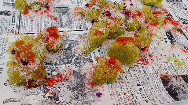 Esponja de mojo verde, chutney de tomate de La Aldea, nube de queso curado de cabra de Gran Canaria y polvo de tomate, elaborado por chefs de Gran Canaria en Madrid Fusión   Foto: J. L. Conde