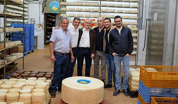Narvay Quintero, en la Quesería Bolaños con el queso que bate récords