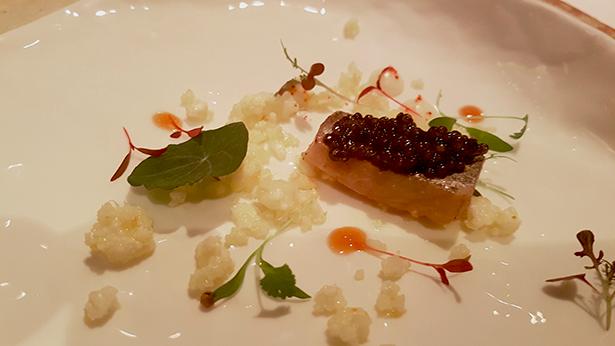 Caballa marinada, jalea de manzana, coliflor y caviar | Foto: J. L. Conde