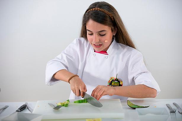 Esther Requena, ganadora de Masterchef Junior 5, enseñó a cocinar dados de atún crujiente
