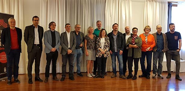 foto de familia de los Master of Wine con los representantes públicos | Foto: J. L. Conde