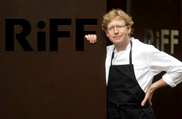 Bernd H. Knöller, en la puerta de su restaurante | Foto: levante-emv.com