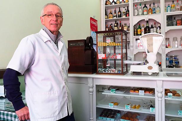 Ángel Rocío, administrador de Casa Egon, en el despacho de los dulces | Foto: Sergio Méndez