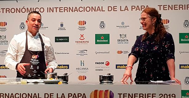 Vicky Hayward con Alberto Ferruz, del restaurante Bon Am de Jávea, con el que recreó una receta de Altamiras | Foto: J. L. Conde